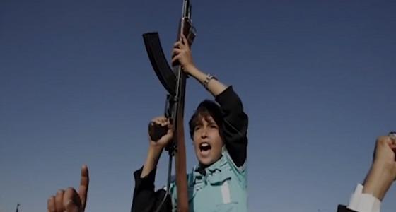 """بالفيديو.. """" الحوثيون """" يحولون مدارس الأطفال إلى معسكرات"""