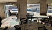 بالفيديو والصور.. فتاة تقتحم مطعمًا بسيارتها في العوامية