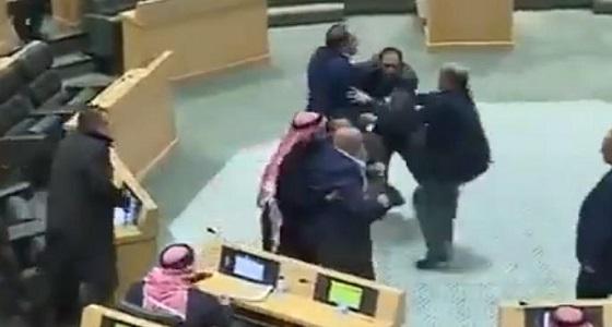 بالفيديو.. نائب أردني يدخل في مشاجرة بعدما كان يدعو لاحترام الرأي الآخر