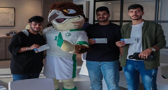 بالصور.. توافد الجماهير السعودية والإماراتية للحصول تذاكر مباراة الأخضر وقطر