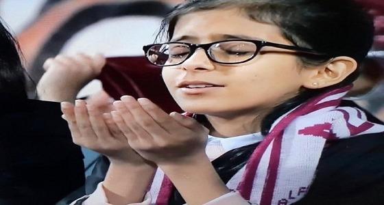 """دعاء صادق وقلب نقي.. طفلة تشعل المدرجات وتنصر الفيصلي على الهلال والنصر """" فيديو """""""