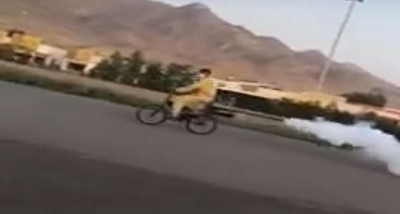 بلدية بدر تعلق على فيديو لعامل يرش على دراجة