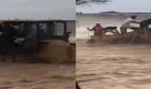 بالفيديو.. عملية إنقاذ مجموعة من الأشخاص احتجزهم السيل في العلا
