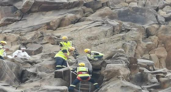 بالصور.. احتجاز شخص في موقع صخري جبلي وعر بجبل وادي الغرف