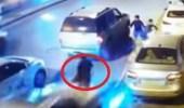 بالفيديو.. سيارة مسرعة تدهس شخصين في بريدة