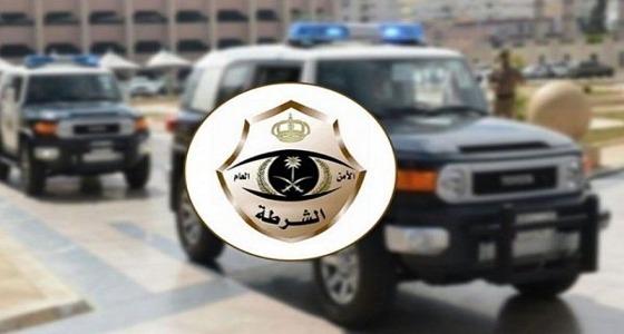"""القبض على 3 أشخاص لسلبهم عملاء البنوك بـ """" الساطور """" في الرياض"""