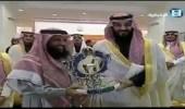 بالفيديو.. ولي العهد يسلم الجوائز للفائزين في سباق الفروسية الكبير