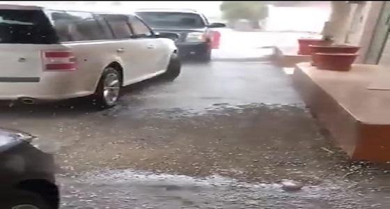 بالفيديو.. فرحة مواطن بسبب هطول أمطار غزيرة على الأحساء