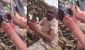بالفيديو.. جندي بطل يدافع عن الوطن بالحد الجنوبي ويده تقطر دما