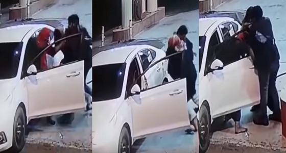 بالفيديو.. ملثمان يعتديان على عامل محطة بالضرب لسرقته بالحرجة
