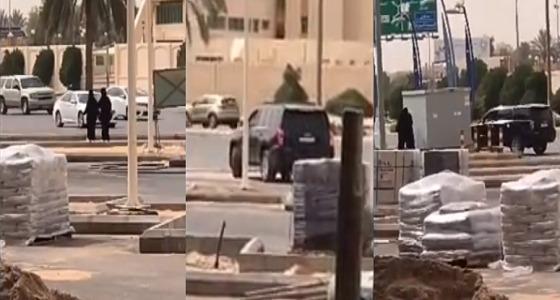 بالفيديو.. متحرش يلاحق فتاتين في بريدة