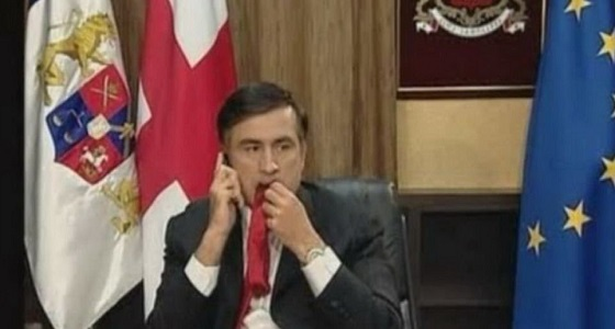 """علاقة مضغ """" ربطة العنق """" بإنقاص وزن رئيس جورجيا السابق"""