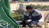 بعد استشهاده أمامه بالحد الجنوبي.. جندي مصاب أمام قبر زميله الشهيد