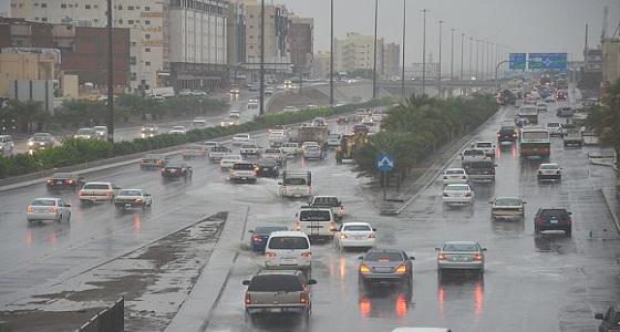 هطول أمطار رعدية وهبوب الرياح على المدينة