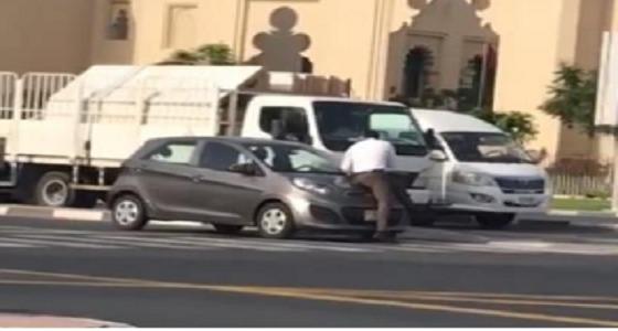 بالفيديو.. شخص يلقي نفسه أمام سيارة تقودها امرأة
