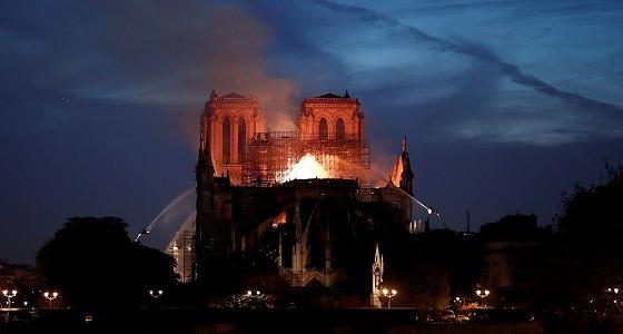 ردود فعل الفرنسيين على حريق كاتدرائية نوتردام.. مسؤول: لا يمكن إنقاذ المبنى (صور)