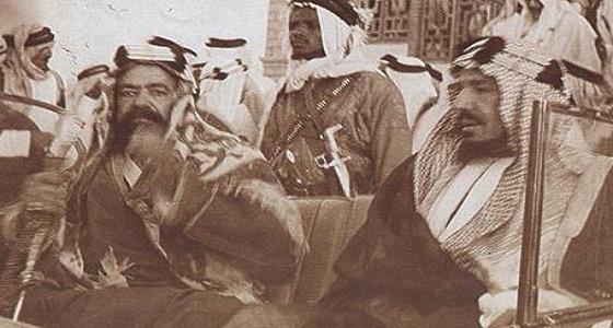 صورة نادرة للملك عبدالعزيز برفقة الشيخ حمد آل خليفة بقصر المنامة
