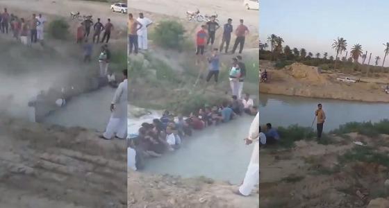 بالفيديو.. أجساد الأحواز تتحول إلى سدود لمواجهة الفيضانات