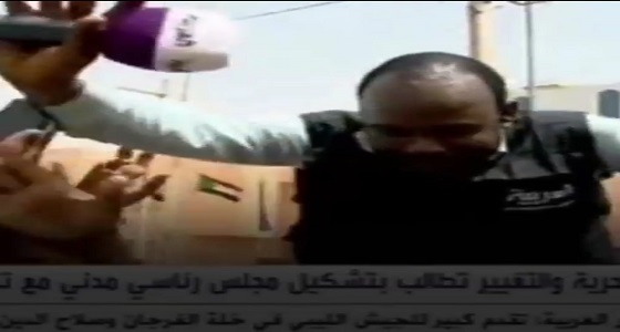 بالفيديو.. السودانيون يطردون قناة الجزيرة القطرية بسبب إثارة الرأي العام في الشارع