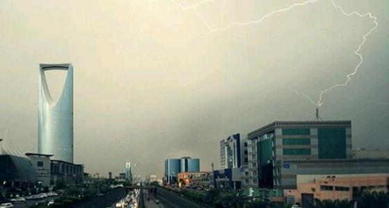 سحب رعدية ممطرة ورياح على الرياض