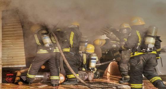 بالصور.. إصابة 3 أشخاص في حريق مواقف سيارات لبناية بجدة