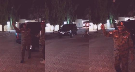 بالفيديو.. لحظة وصول الرئيس السوداني الجديد منزله واستقبال أسرته بالزغاريد