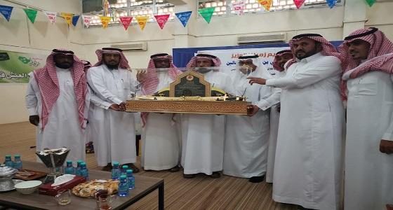 """"""" رضاي عنك """" هدية والدة معلم في الأفلاج بحفل تقاعده .. الدموع سبقت عبارات الوداع"""
