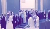بالفيديو.. عمدة حي يتنازل عن مشلحه لطالب في حفلة تخرج بالأحساء