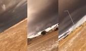 بالفيديو.. سيول غزيرة وسماء ملبدة بالغيوم في الأفلاج