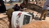 بالفيديو.. سقوط سيارة في أحد المشاريع على طريق الملك فهد