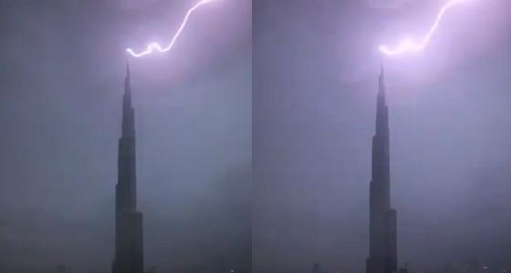 فيديو يرصد لحظة ملامسة صاعقة برق لقمة برج خليفة