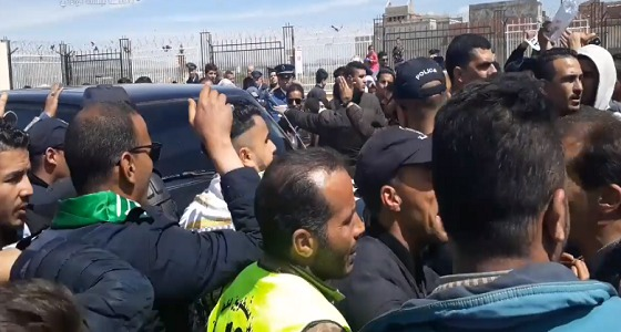 بالفيديو.. طرد وزير جزائري أثناء زيارة ميدانية