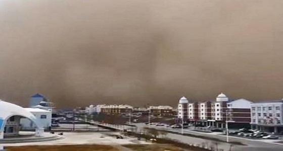 بالفيديو.. عاصفة رملية عاتية تخفي مدينة في ثوان