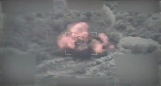 """بالفيديو.. تدمير منصة إطلاق صواريخ وعربة نقل """" زلزال """" تابعة للحوثيين"""