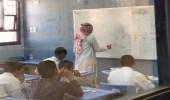 معلم يقطع إجازته المرضية لاستكمال المنهج مع طلابه