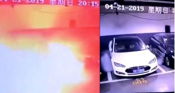 """بالفيديو.. لحظة انفجار سيارة """" تسلا """" أثناء توقفها"""