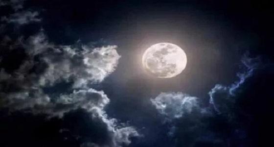 القمر الوردي يظهر في سماء المملكة