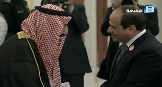 بالفيديو.. خادم الحرمين يستقبل الرئيس المصري بحفاوة شديدة قبل القمة العربية
