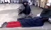 رجال من طالبان يجلدون امرأة في الشارع بطريقة وحشية (فيديو)
