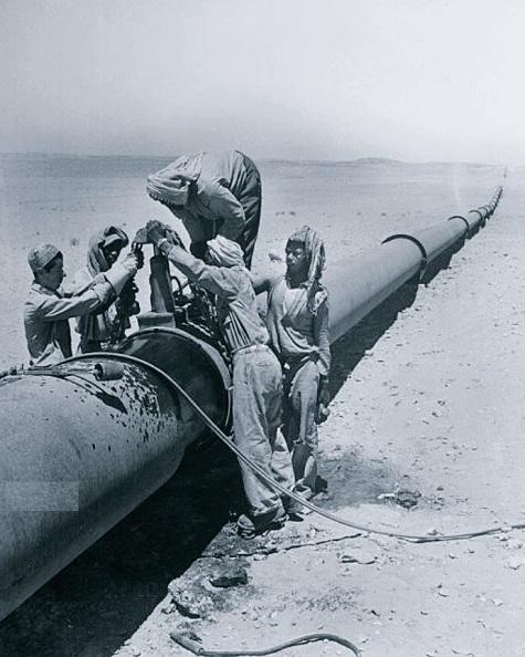 تفاني عمال النفط في عملهم برمضان عام 1955