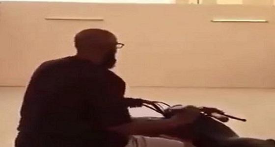 بالفيديو.. اصطدام قوي لسائق أثناء استعراضه بالدباب
