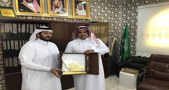 بالصور.. مدير المكتب يكرم الرعاة لجوائز التفوق والتميز