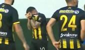 بالفيديو..بكاء لاعب كرة قدم بعدما سجل هدفًا قاتلا في فريق والده!