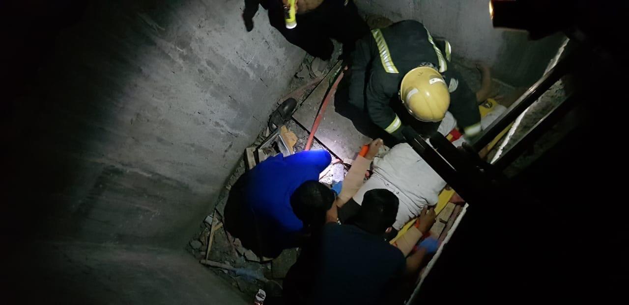 """"""" مدني الأحساء """" ينقذ شخصا احتجز في بئر مصعد"""