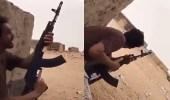 بالفيديو.. شجاعة أحد مقاتلين الحد الجنوبي خلال مقاومته عنصر حوثي