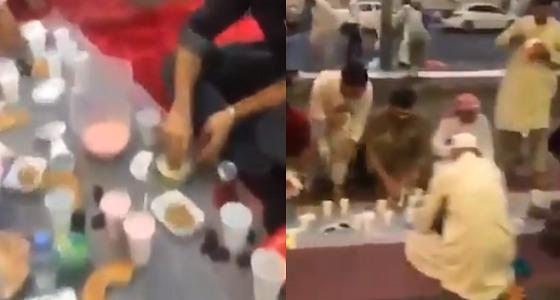 بالفيديو.. إفطار الصائمين تحت قطرات المطر في المدينة المنورة