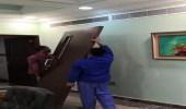 تنفيذا لسياسة الباب المفتوح.. عميد كلية بالقنفذة يخلع باب مكتبه