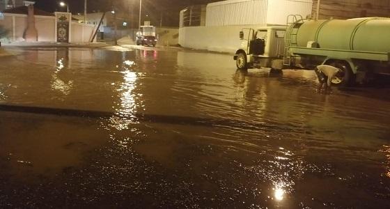 أمطار بيشة تغرق الشوارع والبلدية تنزح المياه وتفتح الطرقات
