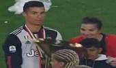 بالفيديو.. رونالدو يضرب ابنه بالكأس الذهبية خلال احتفالات يوفنتوس