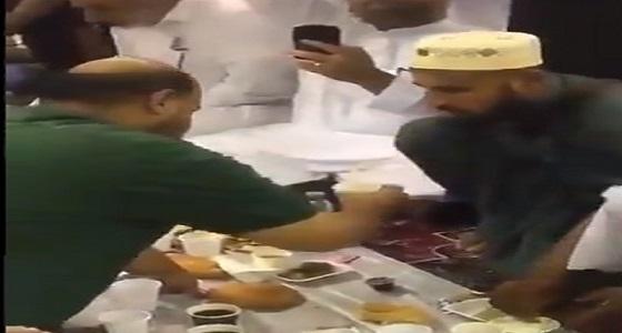 فيديو إنساني لرجل يُطعم زائرا للحرم النبوي مبتورة يداه